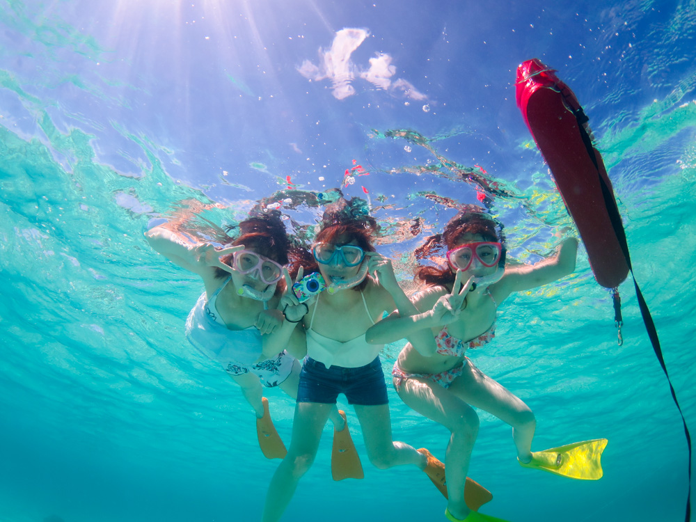 透明度の良い海でシュノーケリング